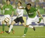 图文:北京现代0-0战平辽宁 徐云龙门前抢点