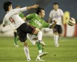 图文:北京现代0-0战平辽宁 陶伟与肇俊哲拼抢