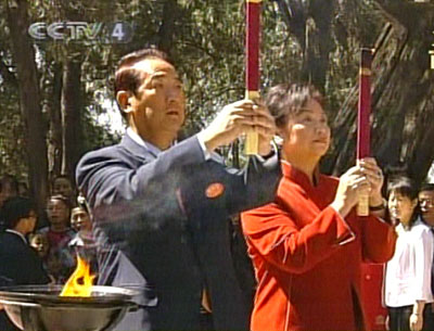 亲民党主席宋楚瑜一行在黄帝陵前上香祭拜(图)