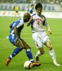 图文:上海申花3-0大胜力帆 马丁内斯比赛中拼抢
