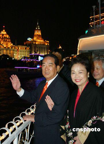 图:宋楚瑜夫妇夜游上海