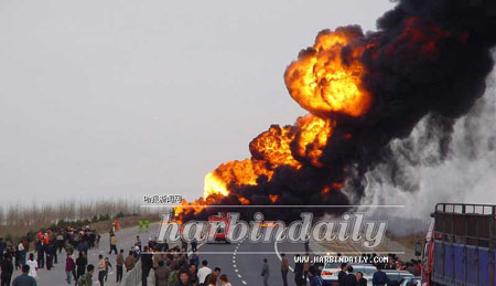 哈同公路一油车罐起火自燃 车内二人被烧死(图)