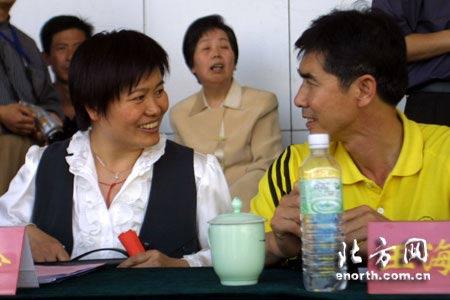 图文:05女超联赛揭幕 刘爱玲与王海鸣交谈