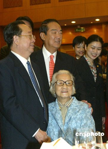 图文:宋楚瑜为八十余岁母亲送上节日祝福