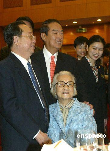 中新社图文特写:宋楚瑜母亲节家乡团圆
