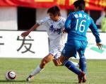 图文:天津2-1胜沈阳金德 于根伟与对手拼抢