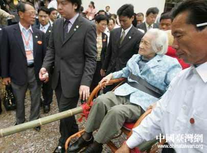 图文:湖南老乡用轿子抬宋楚瑜母亲到坟地