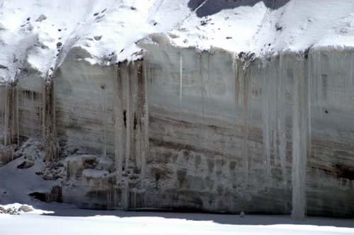 组图:鬼斧神工冰陡崖