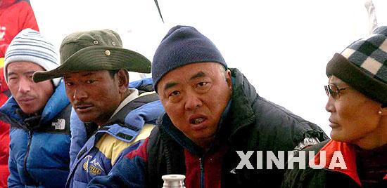 中日女子登山队和珠峰测量队进驻大本营(图)