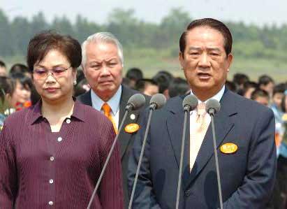 宋楚瑜赴京前在湖南长沙黄花机场发表讲话(图)