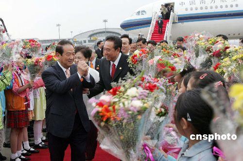 图:亲民党大陆访问团抵京受到热烈欢迎