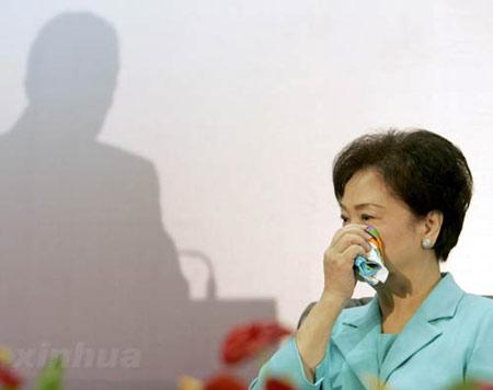 图文:宋楚瑜夫人在听演讲时感动落泪
