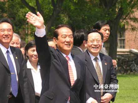 组图:宋楚瑜在清华大学大礼堂前向学生们致意