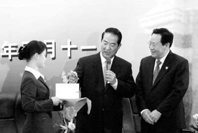 清华大学校长顾秉林向宋楚瑜伉俪赠送两纪念品