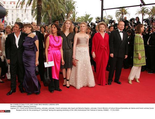 组图:58届戛纳影展揭幕 明星红地毯上各秀风情