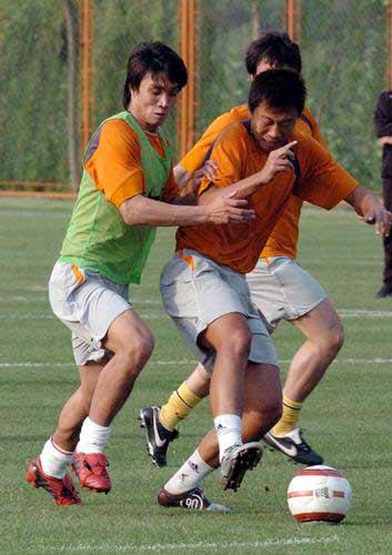图文:鲁能轻松备战中超 韩鹏训练热情高涨