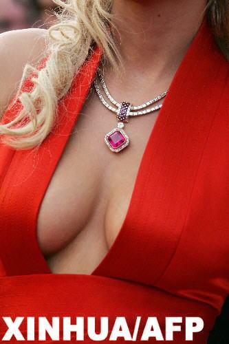 图文:58届戛纳 女星胸前红宝石项链颇为醒目