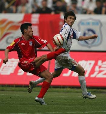 图文:重庆0-0青岛 双方球员场上奋勇拼抢