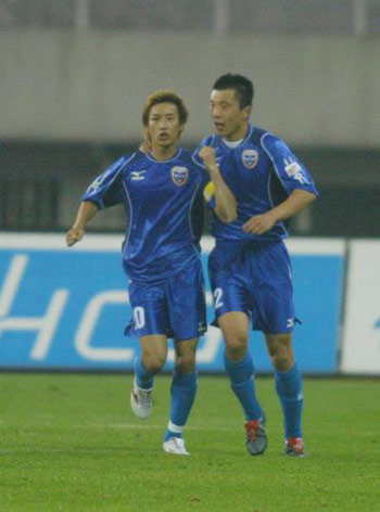 图文:上海国际VS四川冠城 邹侑根点球扳平比分