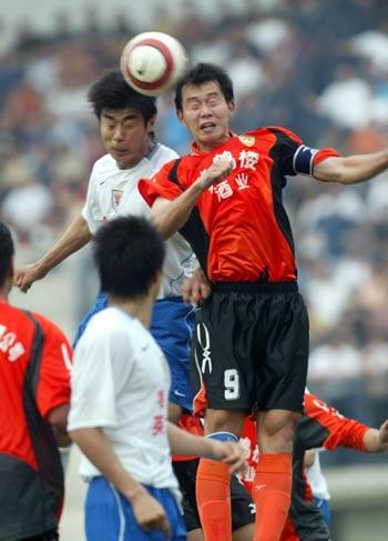 图文:武汉黄鹤楼3-2胜山东鲁能 李昊比赛争抢