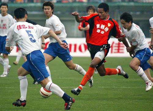 图文:武汉3-2山东鲁能 维森特成重点盯防人物