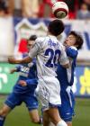 图文:上海申花平天津队 谢晖与对手争顶头球
