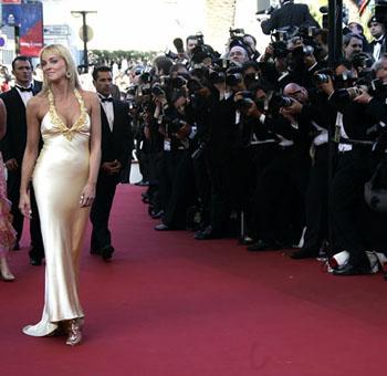 金色吊带长裙显妩媚 莎朗斯通现身戛纳电影节