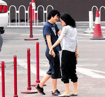 北京直击:35岁王菲与李亚鹏当街肆意调情(图)