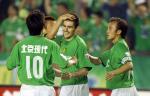 图文:中超-现代3-1中邦 耶利奇与队友庆祝