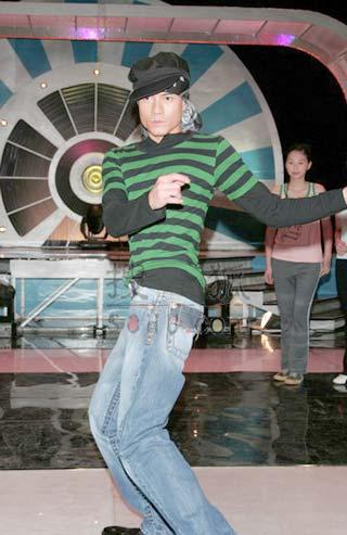 郭富城传授准港姐舞技 称评分严格绝不留情