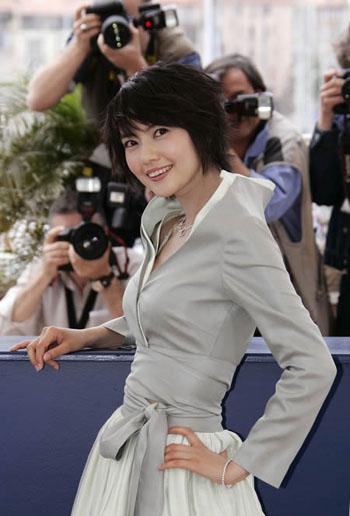 《青红》戛纳首映 高圆圆黑底金纹裙抢镜(图)