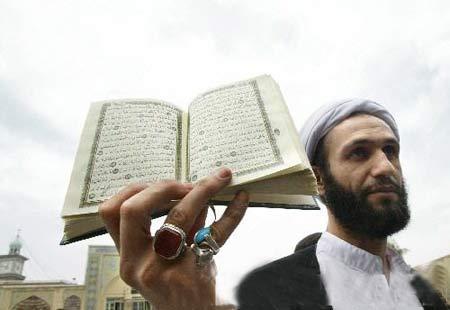 伊朗 文章正文 思诺博/5月18日,在距伊朗首都德黑兰以南120公里的库姆,一名男子手持...