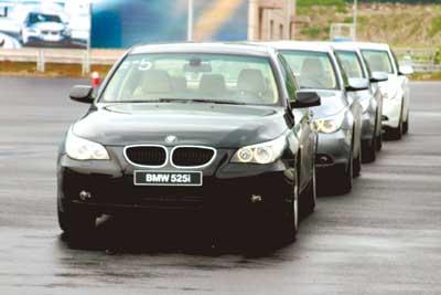 通用…… 全球财富论坛的车和汽车人