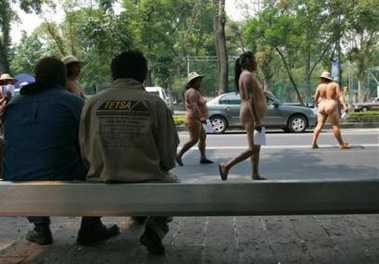 """墨西哥女抗议者裸体游行 行人驻足""""欣赏""""(图)"""