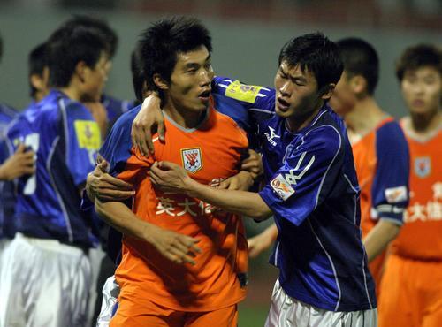 图文:鲁能0-0平中能 郑智与青岛球员发生冲突