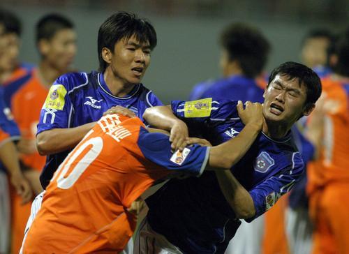 图文:鲁能主场0-0平中能 郑智与青岛球员动粗