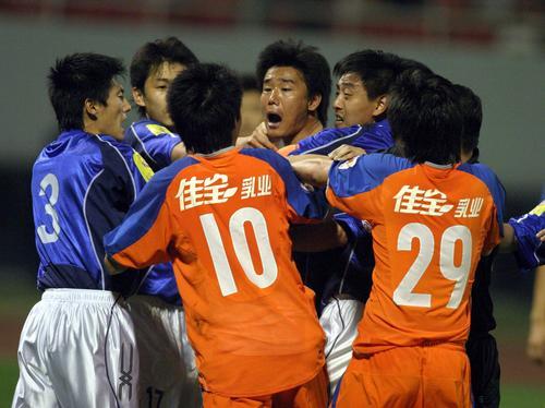 图文:鲁能0-0平青岛中能 双方队员纠缠在一起