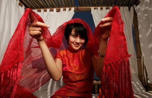 组图:《青红》专访 高圆圆传统旗袍美艳如花