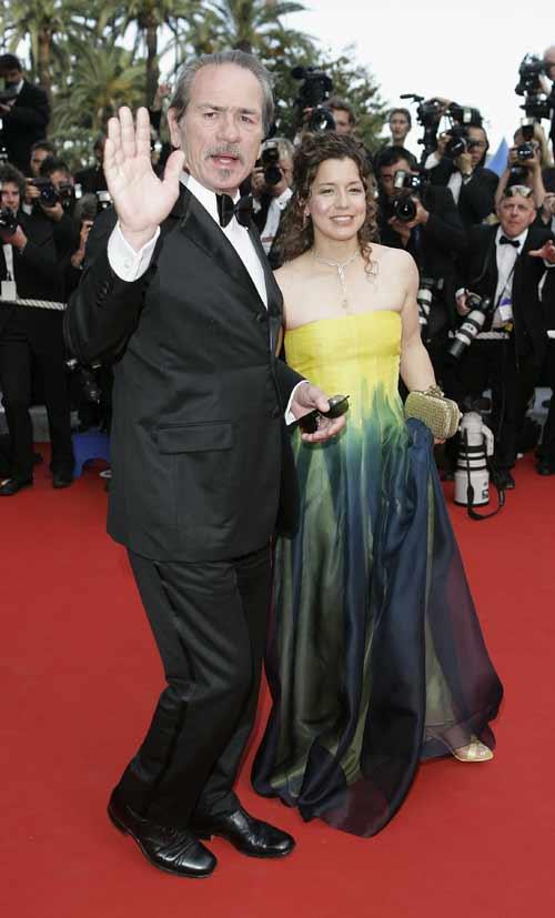 图文:汤米-李-琼斯携女伴抵达颁奖现场