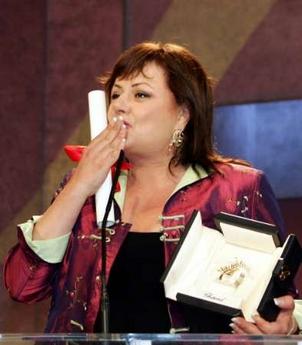 图文:以色列女演员汉娜获封影后大抛香吻