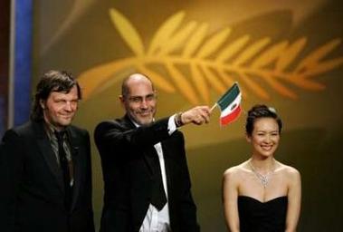图文:尤力亚莫获奖后挥舞墨西哥国旗