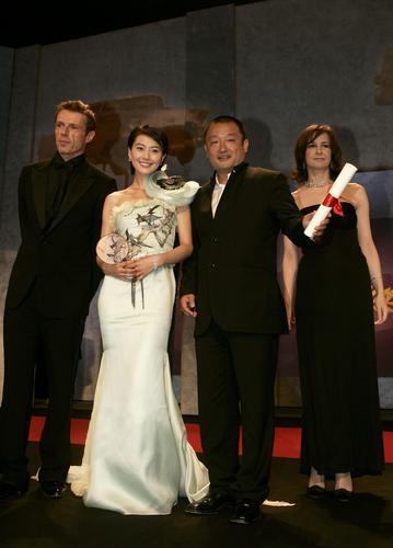 图文:《青红》4位主创上台领奖