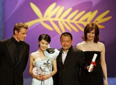 图文:王小帅与高圆圆上台领奖