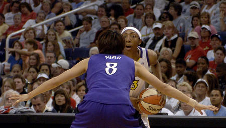 图文:苗立杰亮相WNBA