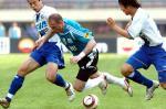 图文:实德主场1-2不敌申花 扬科维奇被对手夹击