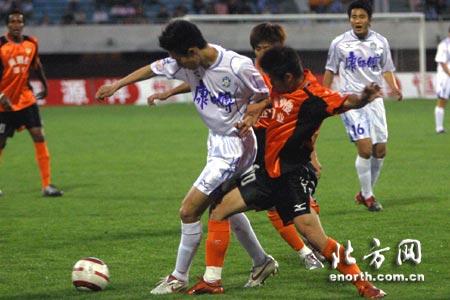 中超第十轮天津主场3-0武汉 曹阳遭遇围抢