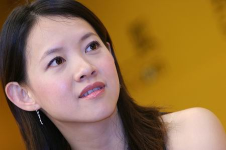 曾宝仪:不介意与老爸曾志伟共演亲热戏(视频)