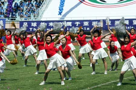 图文:青岛举行城市联赛 开幕式上的团体操表演