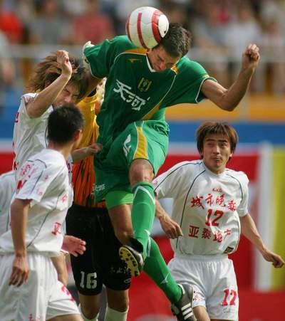图文:广州1-1战平长春亚泰 里斯蒂奇头球攻门
