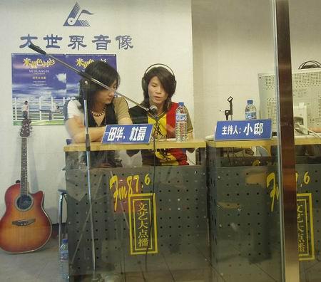 田华&杜磊接受文艺台专访 互揭老底逗观众